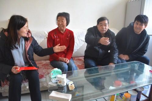 兵团工会领导来到退休党员大病患者王香玲家中.jpg